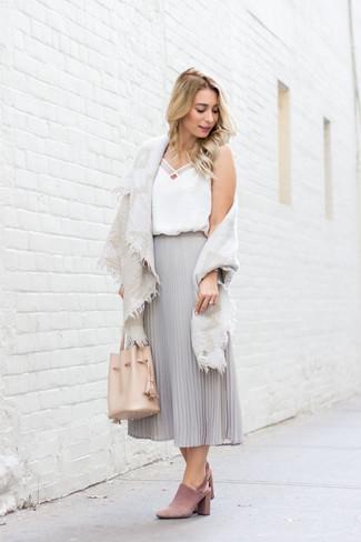 Come indossare: scialle di cotone beige, canotta di seta bianca, gonna longuette di chiffon a pieghe grigia, sabot in pelle scamosciata rosa