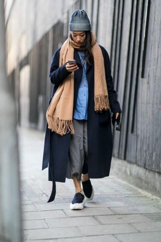 Come indossare: scialle marrone chiaro, cappotto blu scuro, camicia elegante blu, gonna pantalone grigia