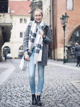 Come indossare: scialle scozzese grigio, cappotto grigio, dolcevita grigio, jeans aderenti azzurri