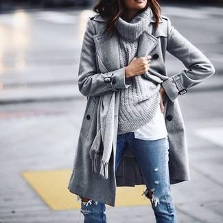 Come indossare e abbinare un maglione con scollo a cappuccio grigio: Prova a combinare un maglione con scollo a cappuccio grigio con jeans aderenti strappati blu per un look comfy-casual.