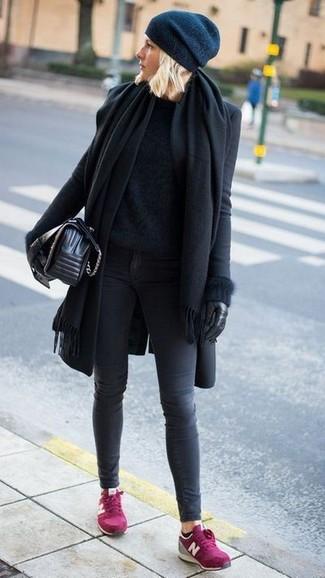 Come indossare: scialle nero, cappotto nero, maglione girocollo morbido nero, jeans aderenti grigio scuro
