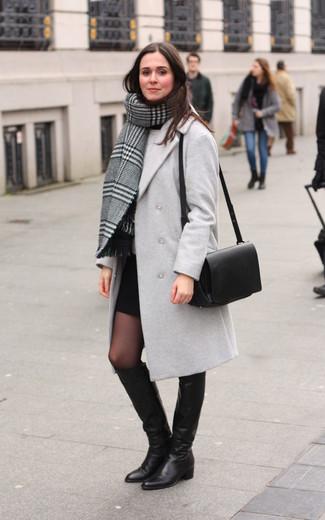 Come indossare: scialle scozzese grigio, cappotto grigio, maglione girocollo grigio, minigonna nera