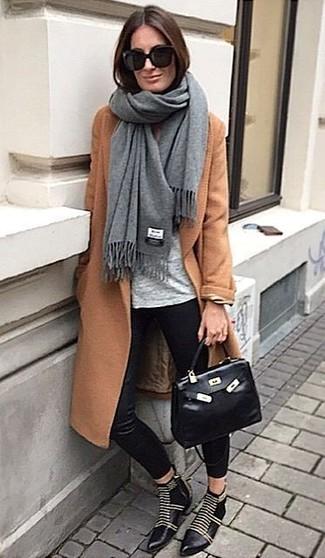 L'abbinamento di un cappotto terracotta con pantaloni skinny di seta neri è una scelta perfetta per una giornata in ufficio. Completa questo look con un paio di stivaletti in pelle con borchie neri.