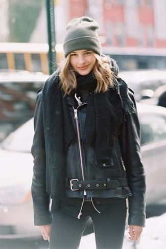 Come indossare: scialle nero, giacca da moto in pelle nera, dolcevita grigio scuro, jeans aderenti neri