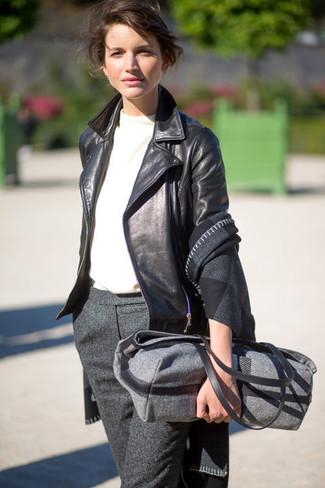 Come indossare e abbinare: scialle a quadri grigio scuro, giacca da moto in pelle nera, t-shirt girocollo bianca, pantaloni eleganti di lana grigio scuro