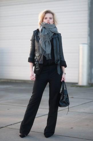 Come indossare: scialle grigio, giacca da moto in pelle nera, t-shirt girocollo nera, pantaloni larghi neri