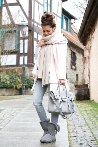 Come indossare: scialle rosa, gilet di pelliccia bianco, felpa bianca, jeans aderenti azzurri
