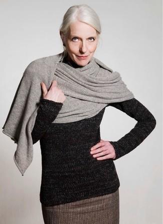 Come indossare e abbinare: scialle grigio, dolcevita di lana nero, gonna a tubino di lana marrone