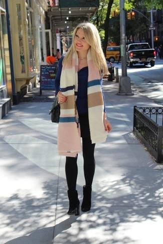 Come indossare: scialle a righe orizzontali multicolore, maglione con scollo a cappuccio blu scuro, stivaletti in pelle scamosciata neri, cartella in pelle trapuntata nera