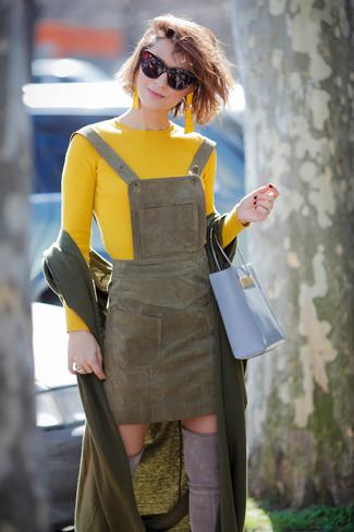 Come indossare: scialle verde oliva, maglione girocollo giallo, scamiciato in pelle scamosciata verde oliva, stivali sopra il ginocchio in pelle scamosciata grigi