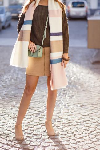 Come indossare: scialle a righe orizzontali multicolore, maglione oversize lavorato a maglia verde oliva, minigonna di lana marrone chiaro, stivaletti in pelle scamosciata marrone chiaro