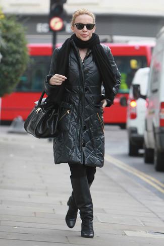 Come indossare: scialle nero, piumino lungo nero, leggings neri, stivali al ginocchio in pelle neri