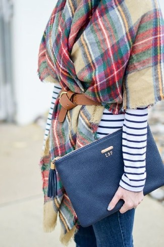 Come indossare: scialle a quadri multicolore, t-shirt manica lunga a righe orizzontali bianca e blu scuro, jeans aderenti blu, pochette in pelle blu scuro