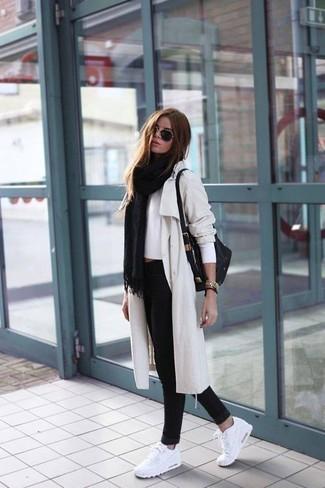 Come indossare: scialle nero, trench beige, maglione corto bianco, jeans aderenti neri