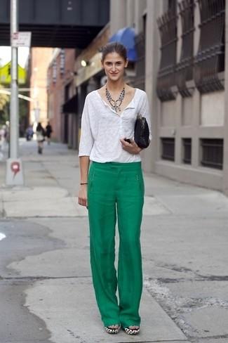Per un outfit della massima comodità, mostra il tuo stile in un serafino bianco con una pochette in pelle scamosciata nera per donna di H&M.
