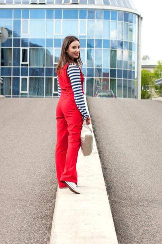 Come indossare: serafino a righe orizzontali blu scuro e bianco, salopette rossa, sneakers basse di tela bianche, borsa a mano in pelle beige
