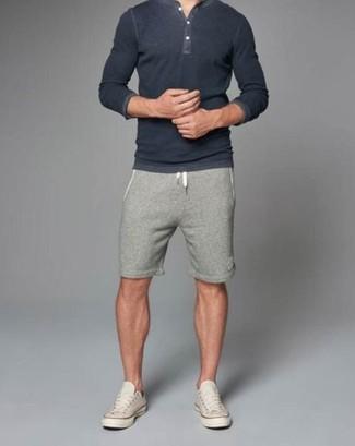 Come indossare e abbinare: serafino grigio scuro, pantaloncini grigi, sneakers basse beige