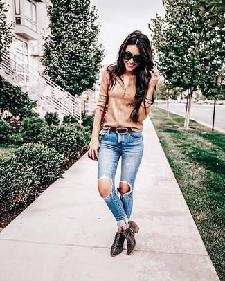 Come indossare: serafino marrone chiaro, jeans aderenti strappati blu, stivaletti in pelle scamosciata con borchie marrone scuro, borsa a tracolla in pelle rossa