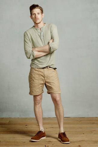 Come indossare e abbinare: serafino manica lunga verde oliva, pantaloncini marrone chiaro, scarpe derby in pelle scamosciata terracotta