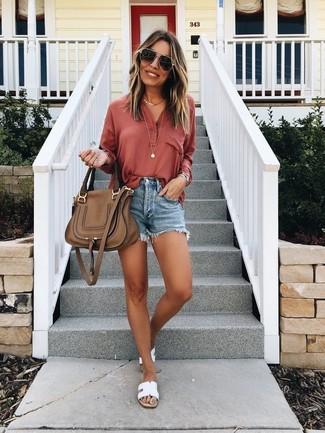Come indossare: serafino rosso, pantaloncini di jeans blu, sandali piatti in pelle bianchi, cartella in pelle marrone