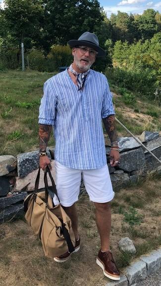 Come indossare e abbinare: serafino a righe verticali azzurro, pantaloncini bianchi, scarpe brogue in pelle marrone scuro, borsone di tela beige