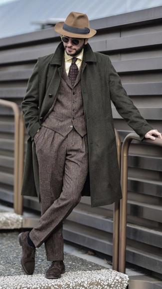 Come indossare e abbinare: soprabito verde oliva, abito a tre pezzi di lana marrone, camicia elegante gialla, scarpe derby in pelle scamosciata marrone scuro
