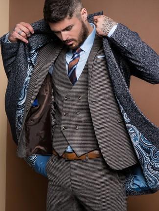 Look alla moda per uomo: Soprabito a spina di pesce grigio scuro, Abito a tre pezzi con motivo pied de poule grigio scuro, Camicia elegante azzurra, Cravatta a righe orizzontali marrone