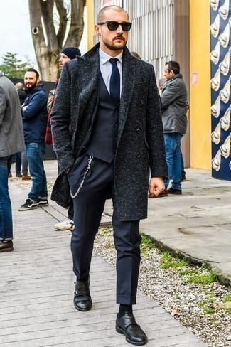 Come indossare e abbinare un abito a tre pezzi blu scuro: Scegli un abito a tre pezzi blu scuro e un soprabito blu scuro per una silhouette classica e raffinata Opta per un paio di scarpe double monk in pelle nere per avere un aspetto più rilassato.