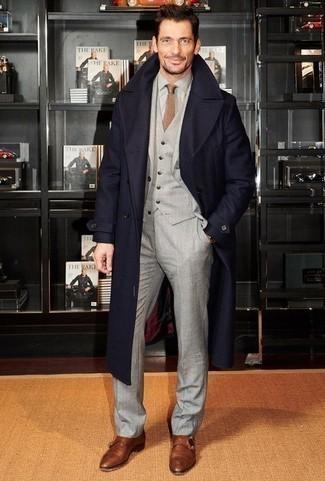 Come indossare e abbinare una cravatta marrone chiaro: Metti un soprabito blu scuro e una cravatta marrone chiaro per un look elegante e alla moda. Per distinguerti dagli altri, calza un paio di scarpe double monk in pelle marroni.