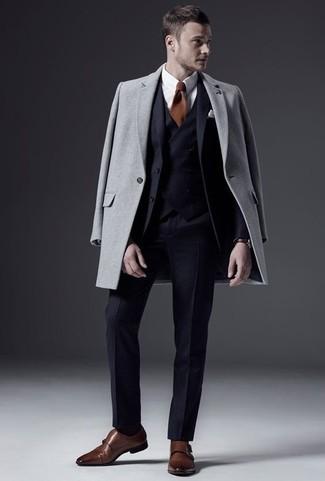 Come indossare e abbinare un abito a tre pezzi blu scuro: Indossa un abito a tre pezzi blu scuro con un soprabito grigio per un look elegante e alla moda. Per distinguerti dagli altri, scegli un paio di scarpe double monk in pelle marroni.