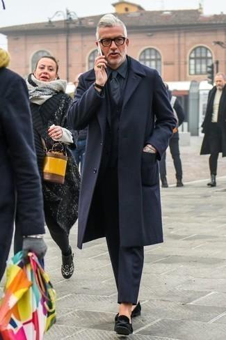 Come indossare e abbinare mocassini eleganti di velluto neri: Potresti combinare un soprabito blu scuro con un abito a tre pezzi blu scuro per essere sofisticato e di classe. Se non vuoi essere troppo formale, prova con un paio di mocassini eleganti di velluto neri.