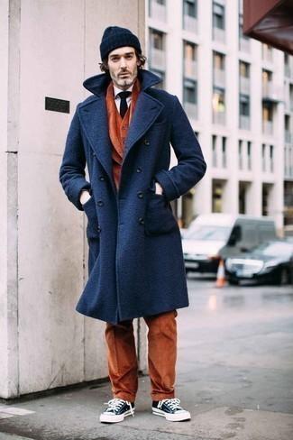 Come indossare e abbinare una cravatta blu scuro: Prova ad abbinare un soprabito blu scuro con una cravatta blu scuro come un vero gentiluomo. Se non vuoi essere troppo formale, indossa un paio di sneakers basse di tela blu scuro e bianche.