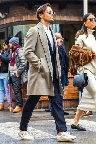 Come indossare e abbinare una camicia a maniche lunghe bianca: Scegli un outfit composto da una camicia a maniche lunghe bianca e un soprabito beige, perfetto per il lavoro. Per un look più rilassato, mettiti un paio di sneakers basse in pelle bianche.