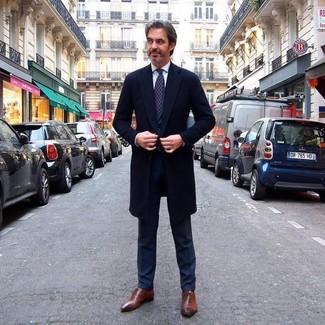 Come indossare e abbinare: soprabito nero, abito nero, camicia elegante bianca, scarpe oxford in pelle marroni