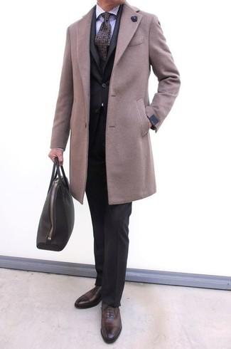 Come indossare e abbinare una cravatta stampata viola: Potresti abbinare un soprabito beige con una cravatta stampata viola per un look elegante e alla moda. Scarpe oxford in pelle marrone scuro sono una buona scelta per completare il look.