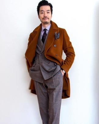 Come indossare e abbinare: soprabito terracotta, abito di lana scozzese marrone, camicia elegante a righe verticali viola chiaro, cravatta stampata melanzana scuro