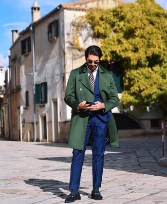 Come indossare e abbinare: soprabito verde scuro, abito blu, camicia elegante bianca, mocassini eleganti in pelle scamosciata blu scuro