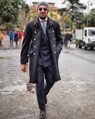 Come indossare e abbinare: soprabito nero, abito a righe verticali blu scuro, camicia elegante bianca, mocassini con nappine in pelle neri