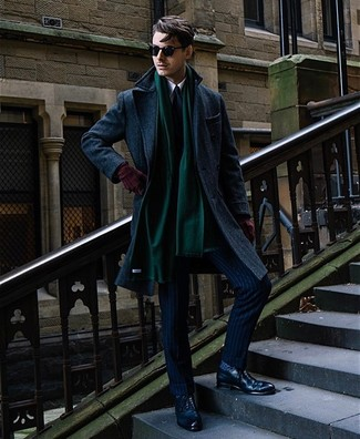 Come indossare e abbinare: soprabito blu scuro, abito a righe verticali blu scuro, camicia elegante bianca, scarpe brogue in pelle blu scuro