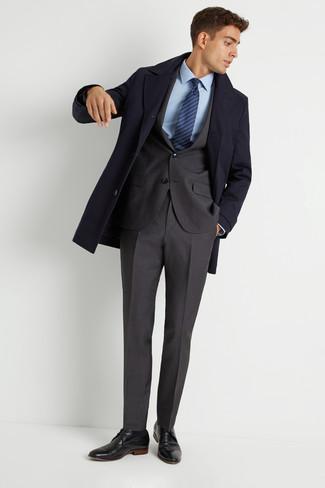 Come indossare e abbinare: soprabito blu scuro, abito grigio scuro, camicia elegante azzurra, scarpe derby in pelle nere