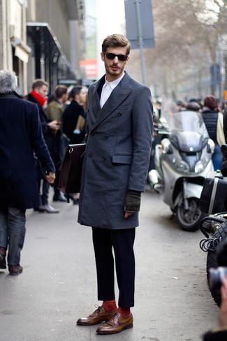 Come indossare e abbinare un abito blu scuro: Abbina un abito blu scuro con un soprabito blu scuro per un look elegante e alla moda. Scegli un paio di scarpe brogue in pelle marroni come calzature per un tocco più rilassato.
