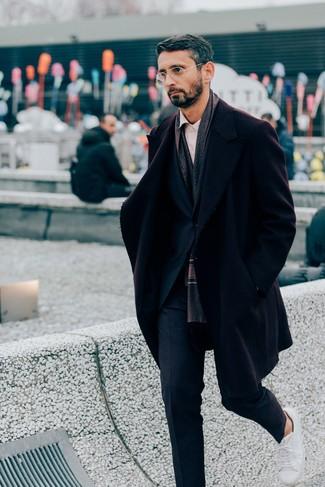 Come indossare e abbinare un abito blu scuro: Vestiti con un abito blu scuro e un soprabito bordeaux per un look elegante e alla moda. Per un look più rilassato, mettiti un paio di sneakers basse in pelle bianche.