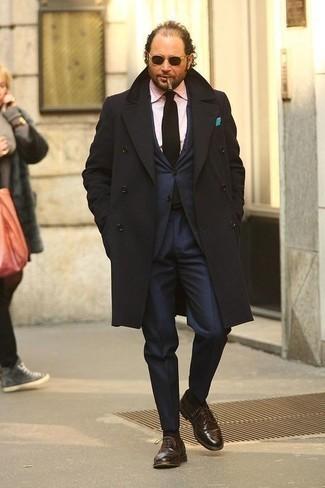 Come indossare e abbinare scarpe oxford in pelle marroni: Mostra il tuo stile in un soprabito nero con un abito blu scuro per un look elegante e di classe. Scarpe oxford in pelle marroni sono una valida scelta per completare il look.