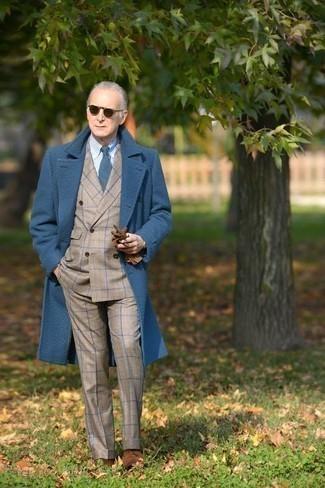 Moda uomo anni 60: Scegli un soprabito blu e un abito scozzese beige per un look elegante e alla moda. Scarpe derby in pelle scamosciata marroni sono una valida scelta per completare il look.