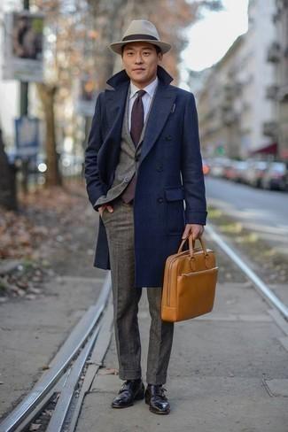 Come indossare e abbinare scarpe double monk in pelle marrone scuro: Scegli un outfit composto da un soprabito blu scuro e un abito di lana grigio per essere sofisticato e di classe. Per distinguerti dagli altri, calza un paio di scarpe double monk in pelle marrone scuro.