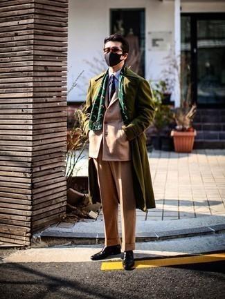 Trend da uomo 2020 in inverno 2021: Prova ad abbinare un soprabito verde oliva con un abito di lana marrone chiaro per un look elegante e alla moda. Per un look più rilassato, indossa un paio di mocassini eleganti in pelle marrone scuro. Questo, ovviamente, è l'outfit magnifico per questo inverno.