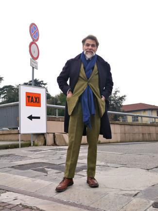 Moda uomo anni 50: Prova a combinare un soprabito blu scuro con un abito di lana a quadri verde oliva per un look elegante e di classe. Per distinguerti dagli altri, scegli un paio di scarpe brogue in pelle marroni come calzature.