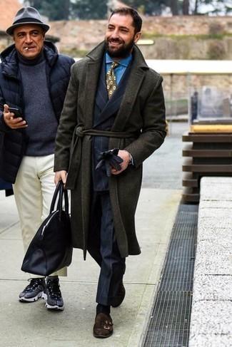 Trend da uomo 2021 in autunno 2021: Indossa un soprabito verde scuro e un abito a righe verticali blu scuro per un look elegante e di classe. Scarpe double monk in pelle scamosciata marrone scuro sono una validissima scelta per completare il look. Una splendida idea per essere perfettamente alla moda in questi mesi autunnali!