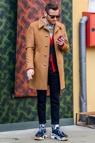 Come indossare e abbinare un cardigan rosso: Potresti indossare un cardigan rosso e un soprabito marrone chiaro per creare un look smart casual. Non vuoi calcare troppo la mano con le scarpe? Calza un paio di scarpe sportive blu scuro e bianche per la giornata.