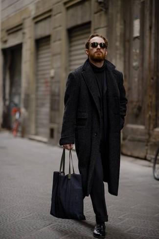 Come indossare e abbinare: soprabito a spina di pesce nero, abito di lana nero, dolcevita nero, mocassini eleganti in pelle neri